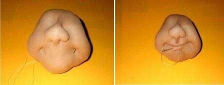 Рот формируется тоже с помощью стежков, поэтому вы можете самостоятельно регулировать ширину улыбки. Сначала стежками сформируйте уголки губ, а потом приступите к самим губам. Каждый раз вам придется выводить нитку в область затылка. Все узелки у вас получится спрятать при помощи волос куклы или шляпки.