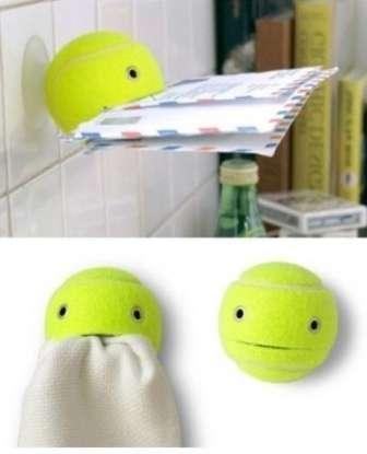 Старые теннисные мячики можно превратить в оригинальные держатели для писем или ключей. Сделайте надрез в центральной части мячика
