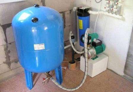 Защищает водопровод от резких перепадов водяного напора.</p> <p> В случае перепадов возникают сильные температурные колебания воды, если одновременно включают несколько кранов, например, на кухне и в ванной комнате. Гидроаккумулятору под силу справиться с такими вопросами.» width=»448″ height=»309″/></p></div> </p> <p>— Сберегает насос от быстрой изнашиваемости вследствие частой эксплуатации. В гидробаке существует определенный объем воды, поэтому насос начинает работать не на каждое открытие крана, а только тогда, когда вода полностью израсходована.</p> <p> В каждом насосе предусмотрен нормативный показатель количества включений за час.</p> <p> Использование гидробака позволяет увеличить число невостребованных подключений насоса, а это влияет на его службу, увеличивая эксплуатационный период.</p> <p>— Защищает водопроводную систему от вероятностного гидроудара, возникающего в момент подключения насоса, который способен изрядно навредить трубопроводу.</p> <p>— Позволяет создать определенный запас воды в системе. Благодаря этому у вас всегда будет вода, даже в периоды отключения электроэнергии, а это нередкое явление в нашем мире.</p> <p> Эта функция особенно пригодится владельцам загородных домов.</p> <h2>Из чего состоит гидроаккумулятор</h2> <p>Стоит заметить, что емкость гидробака герметична и разделена на две камеры при помощи специальной мембраны, первая отводится для воды, вторая же — под воздух.</p> <p>В гидроаккумуляторе исключено соприкосновение водной среды и металлического корпуса, потому что она помещается в специальной водяной камере.</p> <p> Камеры для воды изготавливают из прочного резинового материала — бутила, обладающего устойчивостью к бактериальному воздействию, отвечающего требованиям, выдвигаемым к воде в области гигиены и санитарных норм.</p> <p><div style=