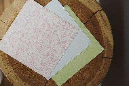 Нам понадобятся обычные бумажные квадратики, любого размера – от этого будет зависеть «воздаст» Пасхального зайца, а от цвета – пол!