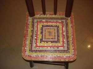 Начинаем нарезать диски на кусочки. Предварительно зачищаем поверхность стула. Потом начинается наклеивание кусочков на поверхность стула.