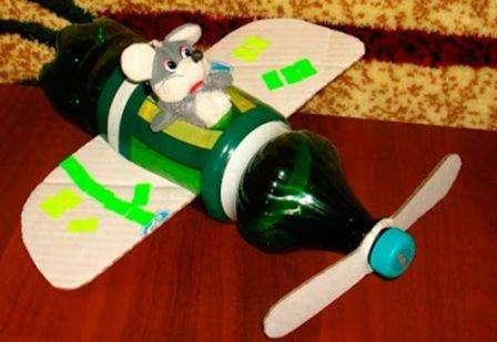 Процесс изготовления достаточно прост, необходимо взять литровую бутылку, можно и больше, которая будет основой вашего самолета.