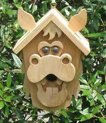 Птичий домик должен походит для определенного вида птиц, быть удобным и экологически безопасным. Если вы решили построить скворечник на собственном участке, то учитывайте ландшафтный дизайн. В качестве материалов чаще всего используют дерево,