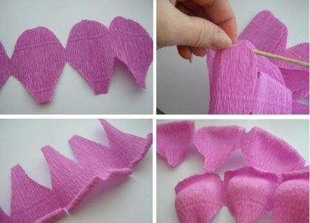 Лист гофрированной бумаги подходящего цвета разрежьте на длинные полоски, которые должны тянуться вдоль. В зависимости от размеров лепестков, которые вы хотите сделать для вашего цветка, сложите полоску. Теперь вырезайте лепестки, то так, чтобы у вас получилась гирлянда