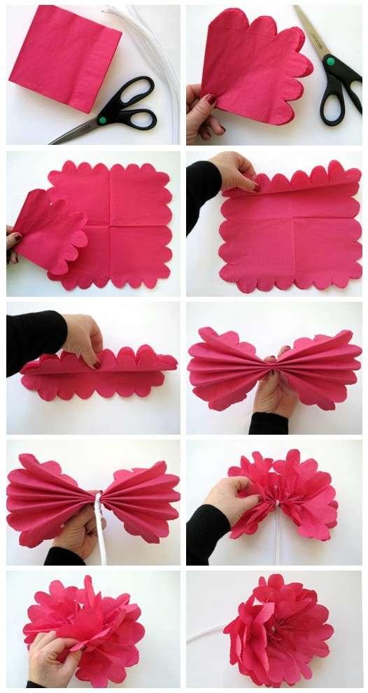 Сложите все салфетки вместе и начните складывать их гармошкой. Чем меньше шаг гармошки, тем красивее будет цветок.