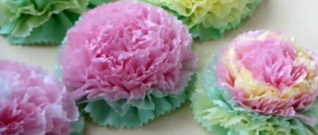 Цветы из салфеток сделать легко, при этом вы потратите минимум времени и средств.