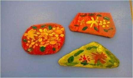 Для рисования на камнях идеально подходит гуашь. Помогите ребенку представить, что камень – это не просто материал для летней поделки и не основа для рисования.