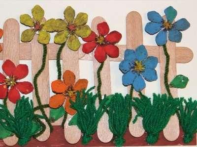Не думайте, что из шишек можно сделать только зимние поделки. Если разрезать правильно сосновую шишку, а потом заготовки покрасить в разные цвета, тогда легко будет собрать цветочный букет. Бутоны цветов можно приклеить к палочкам-стеблям или закрепить на проволоке. Вы можете попробовать сделать объемную аппликацию из цветочных шишек.