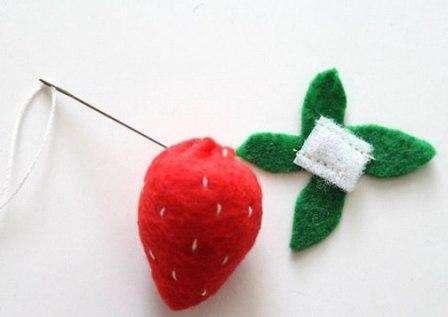 Вырезаем из зеленого фетра прицветник (хвостик) и пришиваем к нему небольшой кусочек липучки