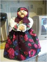 С помощью дополнительных колготок вам нужно сделать шею бабули. Отдельно пошейте наряд, чтобы скрыть бутылку и каркас для рук. Глаза, брови и реснички можно купить в магазине швейной фурнитурой. Подойдут также детали от старых кукол.