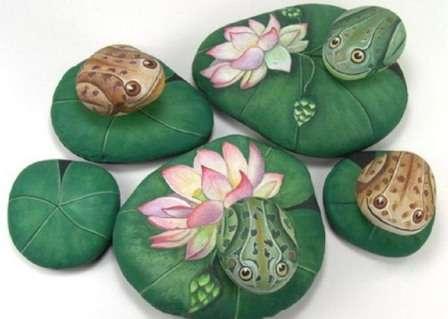 лягушка на камнях