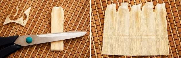 Возьмите пленку для запекания и вырежьте из нее квадрат. Обмотайте конфету так, чтобы в нижней части пленку можно было зафиксировать золотой ниткой. Теперь берите подготовлены лепестки из гофрированной бумаги и постепенно обматывайте конфету.