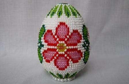 Оригинальным подарком будет пасхальное яйцо, которое оплетено бисером.