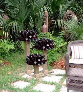 В вечернее время в вашем саду будет намного приятнее находиться, если будет продумано освещение. Из использованных стеклянных бутылок и светодиодов вы сможете смастерить креативные светильники своими руками.