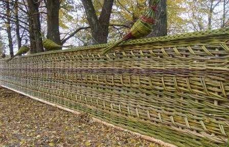 невысокая стоимость (в деревнях плетут из бесплатного природного материала – ивы или орешника).