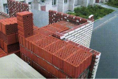 В современном строительстве в последнее время широко начали использоваться керамические блоки. Они представляют собой пустотелые изделия из керамики, обладающие хорошей звукоизоляцией и низким коэффициентом теплопроводности. Применяется этот материал для возве