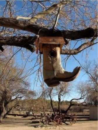 Старая обувь – еще один способ смастерить уютное жилье для птичек.