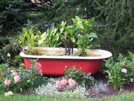 Не спешите выкидывать сантехнику, ведь раковины, ванну и даже унитаз можно превратить в цветущий цветник.</p> <p> Поверхность приборов покрасьте краской и задекорируйте. Останется только немного вкопать в землю и высадить в них цветы.» width=»447″ height=»336″/></p></div> </p> <p>Маленькие клумбы новички могут сделать абсолютно из любых предметов, а вот для того чтобы грамотно обустроить большой цветник, придется немало потрудиться.</p> <p> Клумба может стать не просто украшением ландшафтного дизайна и доставлять эстетическое удовольствие, но и стать связующим звеном между имеющимися постройками и засаженными участками.</p> <p>Попробуйте продумать расположение и внешний вид клумбы так, чтобы получилось объединить в гармоничную композицию дом и приусадебную территорию.</p> <p><div style=