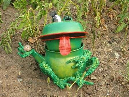 Старая эмалированная или металлическая посуда тоже пригодится дачникам, которые хотят сделать садовую поделку. Всего несколько мисочек могут превратиться в веселую лягушку.
