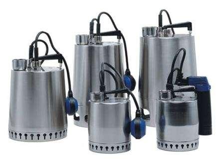 Погружной дренажный насос опускается в емкость с водой. При достижении нижней точки воды подаётся импульс