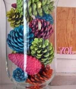 Шишки могут стать украшением интерьера в детском саду, если их покрасить. Пусть дети раскрашивают шишки разными красками