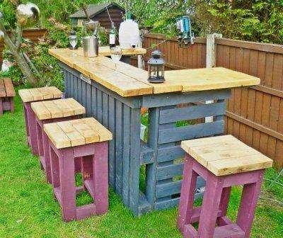 На дачном участке привычнее всего наблюдать беседку или стол со стульями. А как вы смотрите на барную стойку в саду?