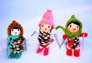 Веселые девочки-лыжницы из шишек станут хорошей альтернативой детским игрушкам. На фигурки можно примерить шапочки и шарфики, вырезанные из лоскутков. Также почитайте: Поделки из шишек для детей
