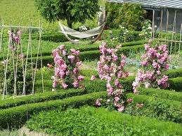 Оригинально смотрятся в качестве опоры резные деревянные столбы из натурального дерева. Между ними может плестись роза, от которой будет исходить чарующий аромат.