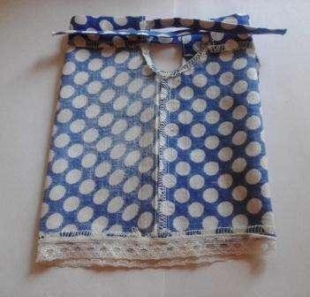 Соедините детали платья лицевой стороной друг к другу. Если есть возможность, обработайте края оверлоком.