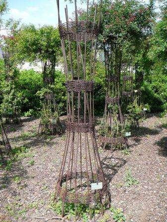 Столбы из дерева или металла также можно использовать в качестве опоры своими руками. При этом необходимо глубоко вкопать столб в земл