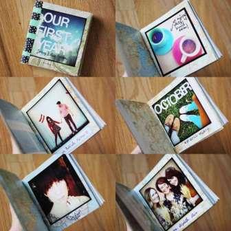 Приклейте выбранные фото к квадратикам с помощью двустороннего скотча. После того как фото в рамочках готовы, сложите их в стопку и вложите в толстую книгу. Хорошо прижмите. Теперь эту стопку нужно слегка выдвинуть их книги