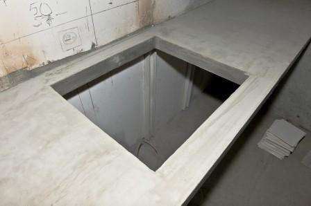 Подготовьте форму для заливки бетонного раствора. Она должна иметь размеры будущей столешницы. В качестве основания берут гладкую фанеру или ДСП. Для того чтобы получились выемки или отверстия, прикрутите бруски