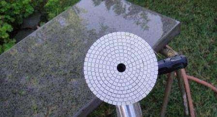 После снятия деревянного каркаса, столешницу из искусственного камня необходимо перевернуть. Затем с помощью шлифовальной машинки с крупной насадкой снимается почти 1 мм слоя. Теперь нужно пропылесосить