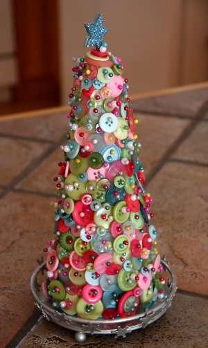 как украсить конусную елку из пенопласта