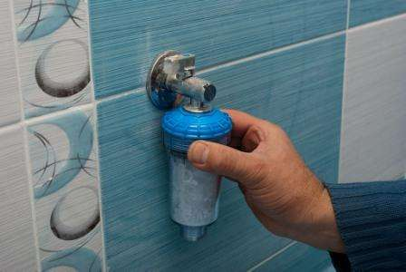 Ионный обмен - это ещё один вид умягчителя воды для стиральных машин. Этот умягчитель имеет большую производительность и может быть использован в других целях. Такая система помогает смягчать воду в офисах, квартирах и загородных домах.