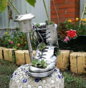 Одной из самой необычной поделки можно назвать цветочную клумбу из ботинка. Согласитесь, что на вашей даче завалялось много ненужной обув