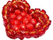 Делаем самостоятельно валентинку из конфет
