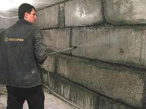 Теперь начинаем заделывать швы в стенах, а для этого из них нужно извлечь старый раствор и обработать все стены антисептиком. Когда они просохнут, используем Пенетрон – гидроизоляция глубокого проникновения д