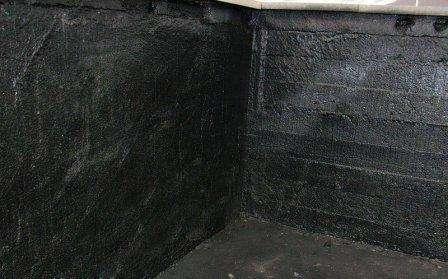 Когда отмостка восстановлена, можно заняться обследованием стен и пола в подвале. Неблагоприятный вариант, который может сложиться – вода из-под земли пробивается фонтанчиками в подвал. Никакая гидроизоляция