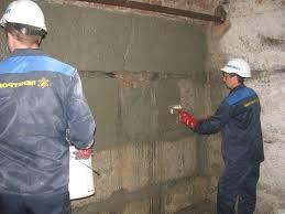 Организация дренажной системы, заложенной под землю, а также отмостка вокруг всего дома способны полностью оградить сооружение подвала от подземных вод. Качественно сделанная гидроизоляция стен внутри подвала должна защитить