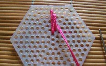 Если вы хотите оригинальную сумку, то попробуйте сделать ее из одинаковых мотивов. Купите пластиковую канву в форме шестиугольника, подберите подходящие нитки и приступите к вышиванию. Желательно выбрать канву в цвет нитей и вышивать двойной ниткой, тогда не будет просветов и сумка получится не хуже, чем из м