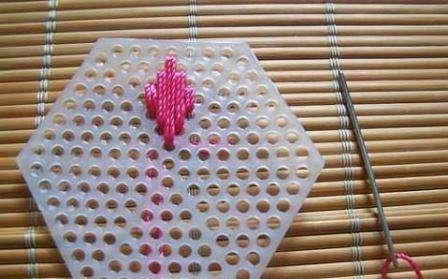 Начните вышивать на пластиковой канве с верхней части, чтобы получился аккуратный лепесток цветка. После того как вы вышили первый лепесток можете переходить ко второму и так продолжать по кругу, пока цветок не будет готов.