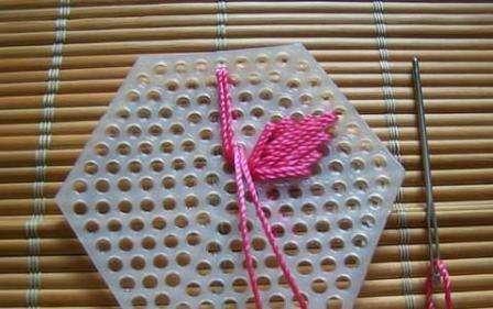 Приступите к заполнению контуров сумки контрастными нитями. Принцип вышивания основан на вышивке ромбов, которыми постепенно заполняется весь мотив. Предварительно составьте проект сумки, чтобы сориентироваться