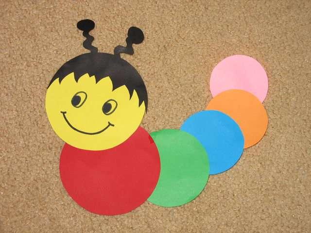 Поделки с ребенком с цветной бумагой