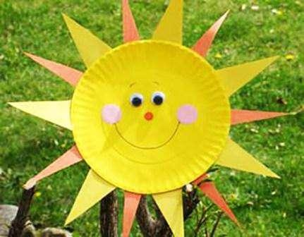 Из одноразовой бумажной посуды у вас может получиться яркое весеннее солнышко, которое потом дети с радостью разукрасят краск