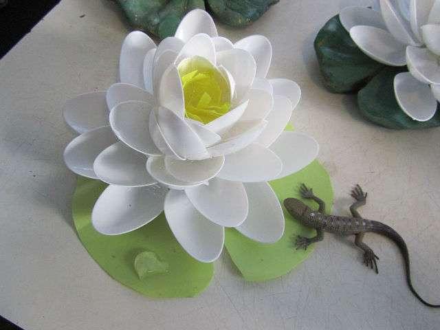 Цветок из одноразовых ложек своими руками