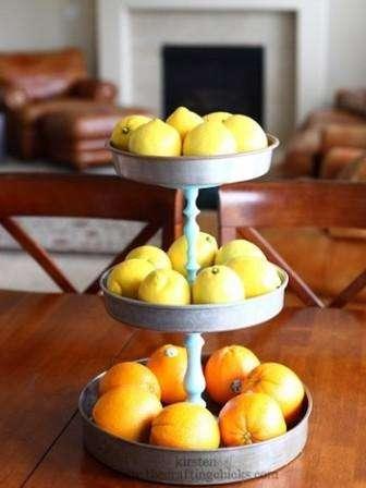 Дача – это место, где всегда много фруктов и ягод. Если у вас есть ненужные противни и подсвечники, то не спешите выбрасывать их. Правильно соединив предметы, вы получите полноценную этажерку. Хотя консерв