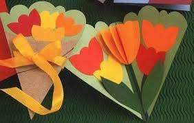 Популярностью пользуются весенние открытки с объемными цветами. Для их изготовления вам нужно будет тщательно продумать схему,