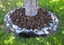 После этого можете приступить к украшению дачи садовыми поделками. Например, засыпьте клумбу шишками, тогда она будет эффектно смотреться ранней весной и поздней осенью, когда отцвели уже все осно