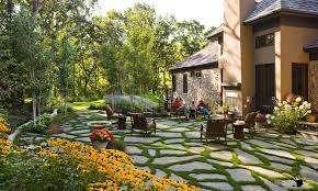 Придать интерьеру дачного участка современный внешний вид помогут красивые извилистые тропинки, которые можно сделать из камней, деревянных брусьев и даже шин, все зависит от ваших фантазий. Особое вн